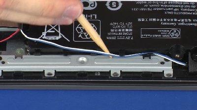Değiştirmek üzere hoparlör kablosunu pille çevrildiğinden emin olun